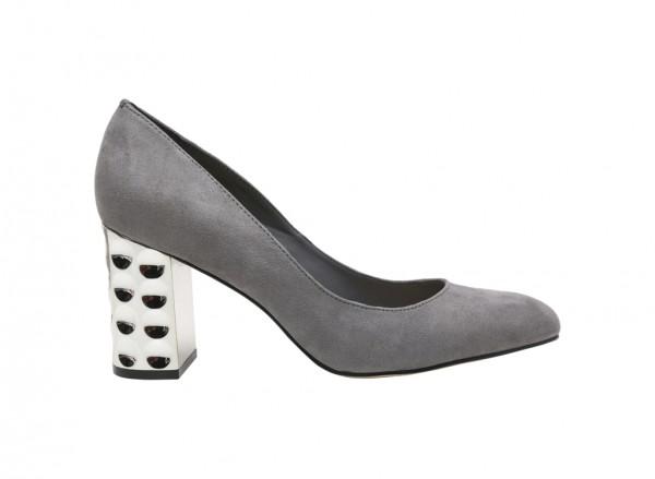 حذاء بلون رمادي