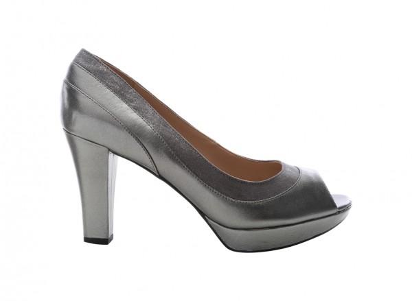 حذاء بلون رصاصي