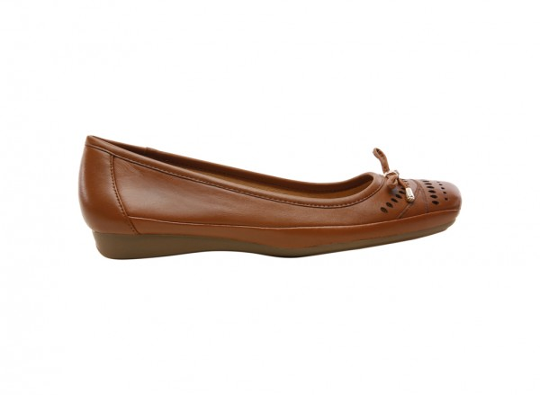 حذاء بلون عسلي داكن
